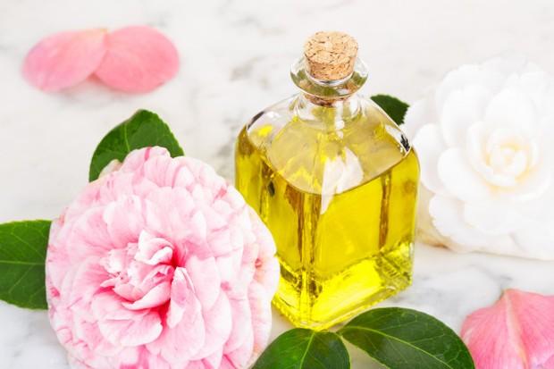 Menggunakan skincare yang mengandung minyak bunga camelia
