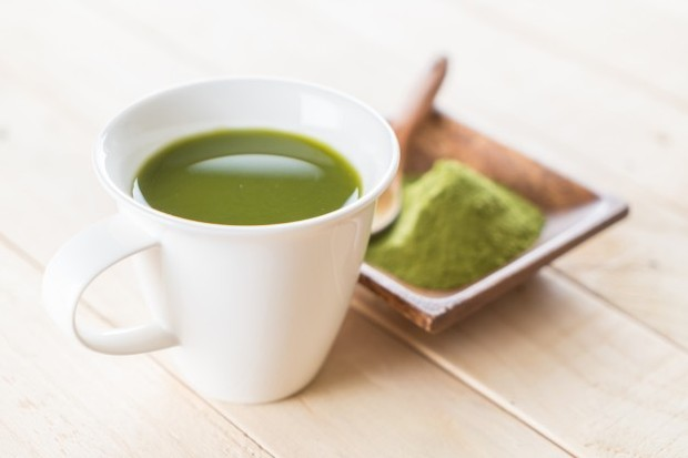 Mengkonsumsi teh hijau