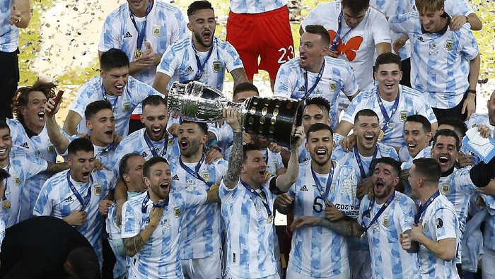 RIO DE JANEIRO, BRAZIL - JULY 10: Lionel Messi of Argentina lifts the trophy with teammates after winning the final of Copa America Brazil 2021 between Brazil and Argentina at Maracana Stadium on July 10, 2021 in Rio de Janeiro, Brazil. (Photo by Wagner Meier/Getty Images)