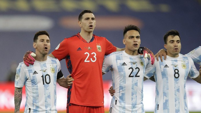 Argentinas players from left: Lionel Messi, goalkeeper Emiliano Martinez, Lautaro Martinez and Marcos Acuna sing their national anthem prior to the Copa America final soccer match against Brazil at the Maracana stadium in Rio de Janeiro, Brazil, Saturday, July 10, 2021. (AP Photo/Andre Penner)