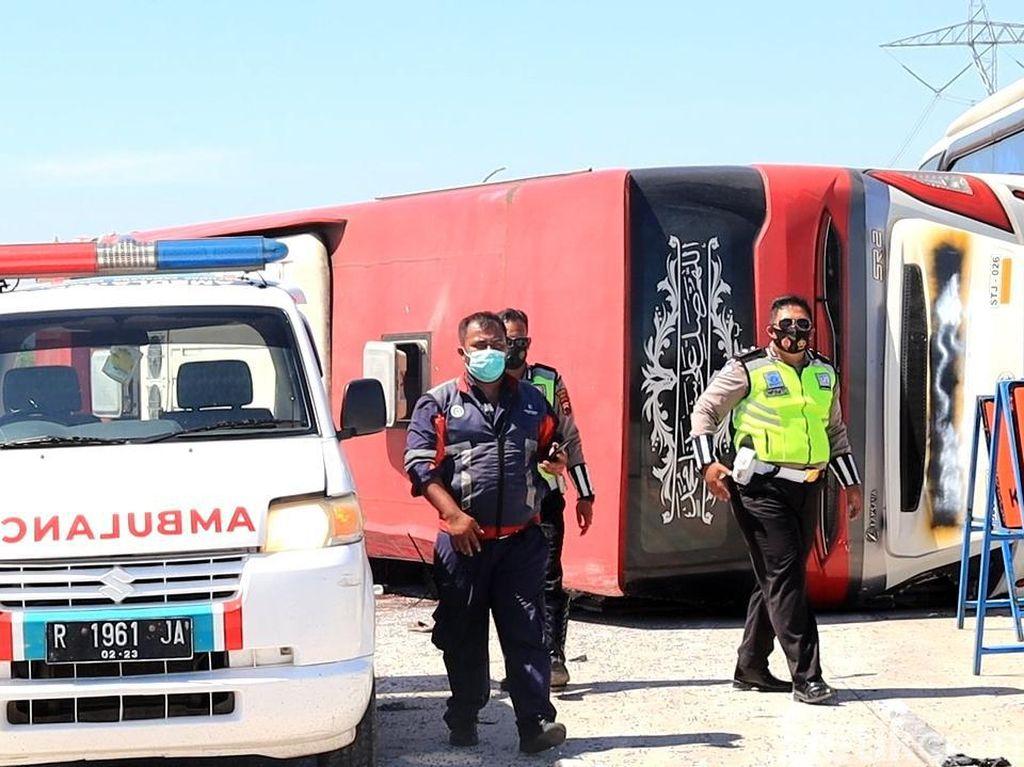 Bus Melaju Kencang Terguling di Tol Pemalang, 8 Penumpang Tewas-20 Luka