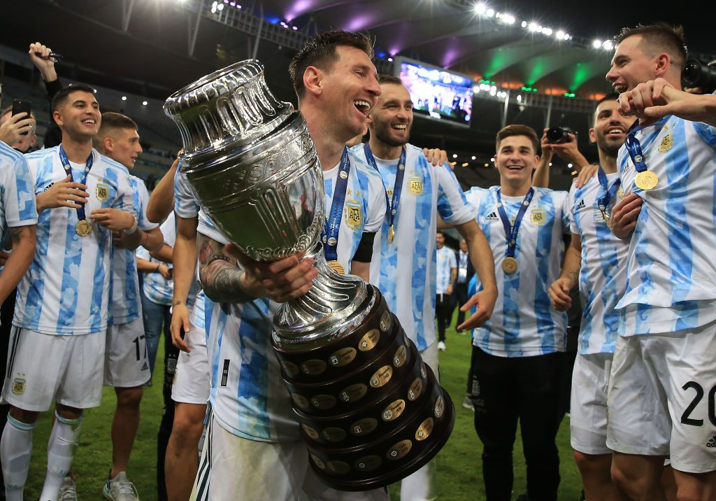 RIO DE JANEIRO, BRAZIL - JULY 10: Lionel Messi of Argentina smiles with the trophy as he celebrates with teammates after winning the final of Copa America Brazil 2021 between Brazil and Argentina at Maracana Stadium on July 10, 2021 in Rio de Janeiro, Brazil. (Photo by Buda Mendes/Getty Images)