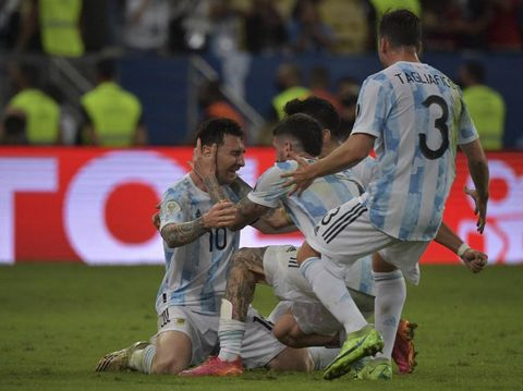 Argentina's Lionel Messi (L) celebrates with teammates after winning the Conmebol 2021 Copa America football tournament final match against Brazil at Maracana Stadium in Rio de Janeiro, Brazil, on July 10, 2021. (Photo by NELSON ALMEIDA / AFP)