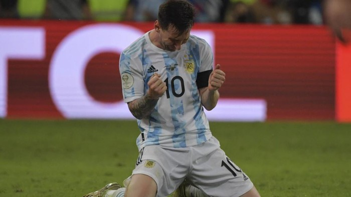 Argentinas Lionel Messi celebrates after winning the Conmebol 2021 Copa America football tournament final match against Brazil at Maracana Stadium in Rio de Janeiro, Brazil, on July 10, 2021. (Photo by NELSON ALMEIDA / AFP)