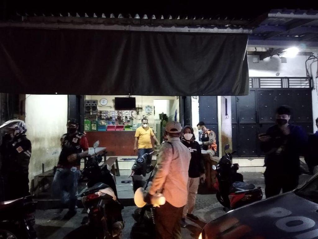 Ricuh Operasi PPKM di Surabaya Hingga Pemilik Warkop Jadi Tersangka