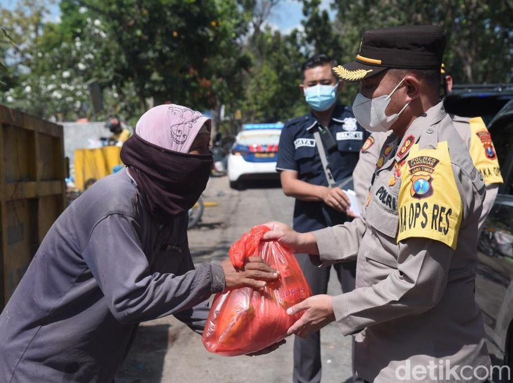 Polisi Beri Bantuan Kaum Dhuafa di Lamongan yang Terdampak PPKM Darurat