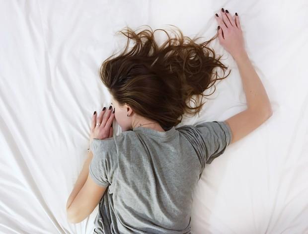 Tidur dengan rambut basah bisa merusak rambut.