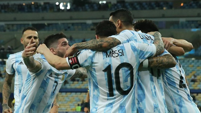 RIO DE JANEIRO, BRAZIL - JULY 10: Angel Di Maria of Argentina celebrates with teammates after scoring the first goal of his team during the final of Copa America Brazil 2021 between Brazil and Argentina at Maracana Stadium on July 10, 2021 in Rio de Janeiro, Brazil. (Photo by Alexandre Schneider/Getty Images)