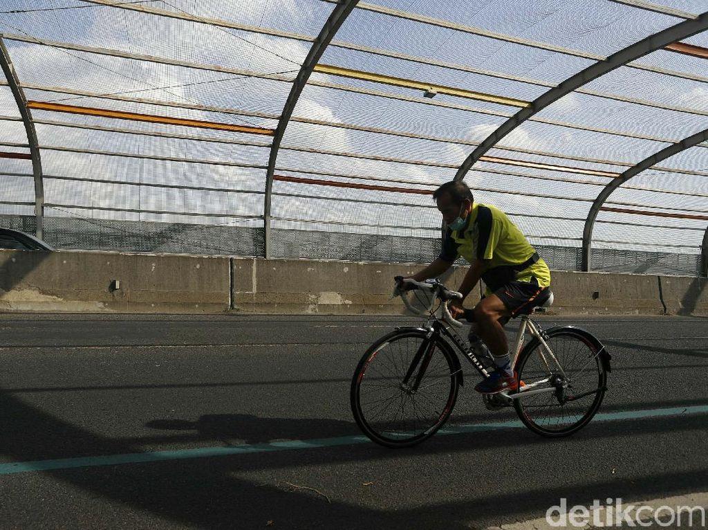 Warga Bekasi Isi PPKM Darurat dengan Bersepeda