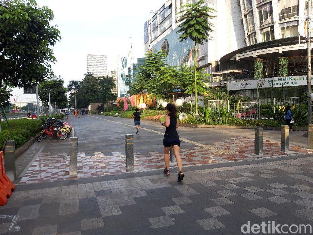Segelintir Warga Berolahraga di Jalan Sudirman Minggu Pagi Kala PPKM Darurat