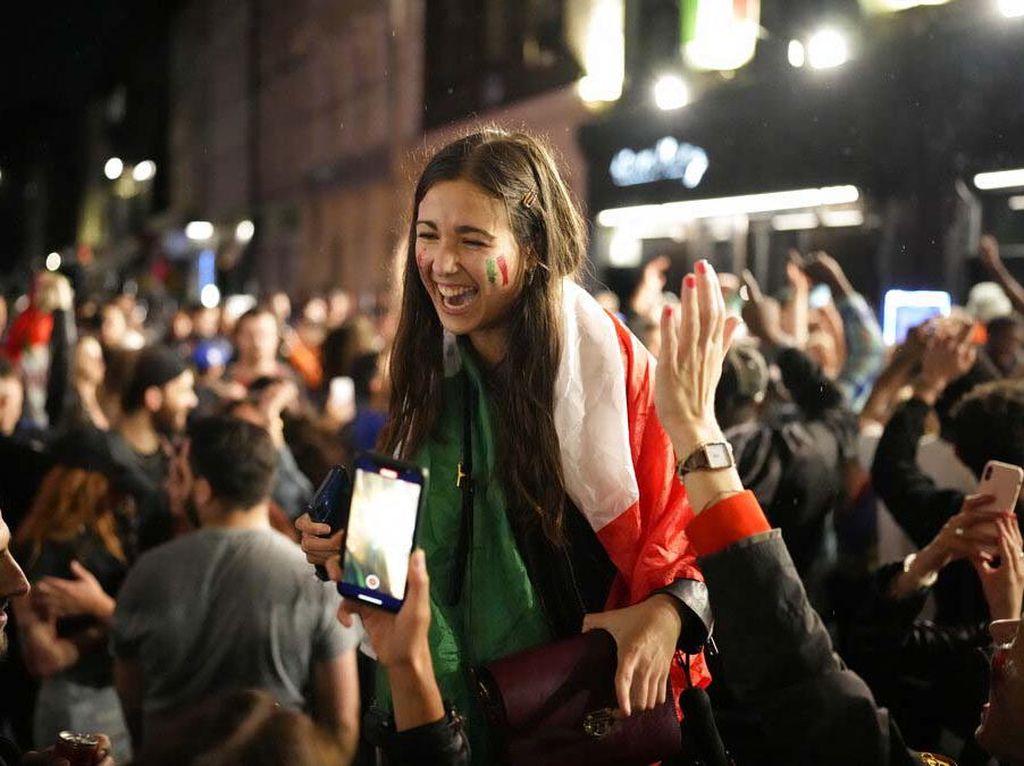 Aksi Pendukung Cantik Italia Rayakan Gelar Juara