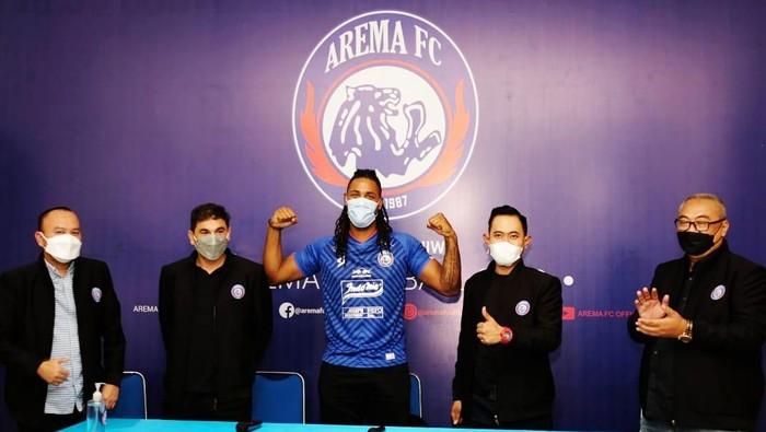 Arema FC memperkenalkan penyerang baru, Carlos Fortes.