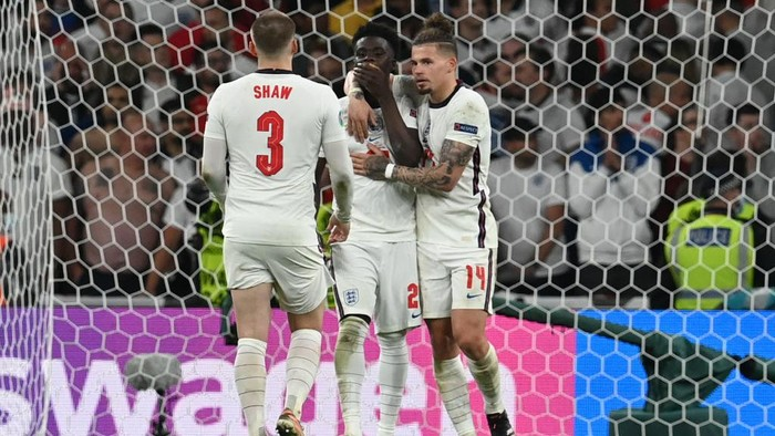 LONDON, ENGLAND - JULY 11: Bukayo Saka of England is consoled by Luke Shaw and Kalvin Phillips after missing their sides fifth penalty in the penalty shoot out during the UEFA Euro 2020 Championship Final between Italy and England at Wembley Stadium on July 11, 2021 in London, England. (Photo by Paul Ellis - Pool/Getty Images)