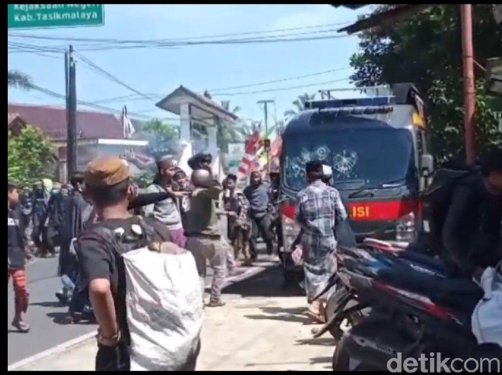 Jabar Hari Ini: Pemobil Tabrak dan Seret Motor-Pendemo Rusak Mobil Polisi