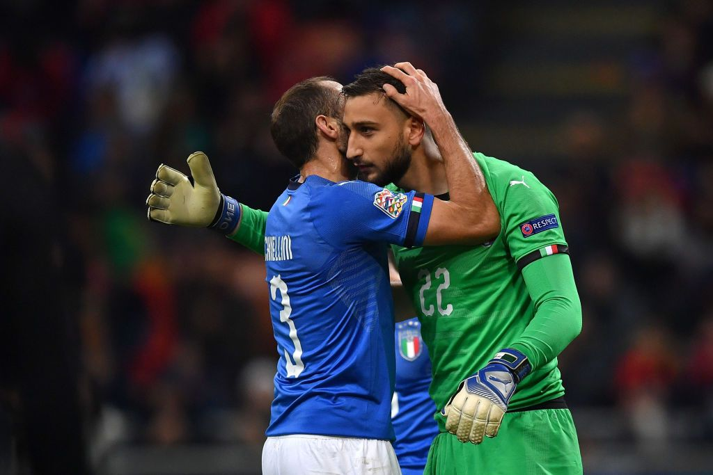 BERGAMO, ITALY - OCTOBER 14:   Gianlugi Donnarumma of Italy embraces Giorgio Chiellini of Italy during the UEFA Nations League group stage match between Italy and Netherlands at Stadio Atleti Azzurri d'Italia on October 14, 2020 in Bergamo, Italy. (Photo by Alessandro Sabattini/Getty Images)