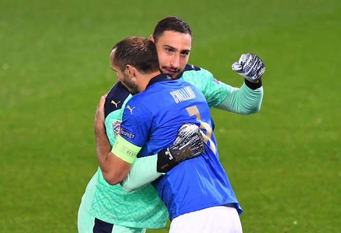 BERGAMO, ITALY - OCTOBER 14:   Gianlugi Donnarumma of Italy embraces Giorgio Chiellini of Italy during the UEFA Nations League group stage match between Italy and Netherlands at Stadio Atleti Azzurri dItalia on October 14, 2020 in Bergamo, Italy. (Photo by Alessandro Sabattini/Getty Images)
