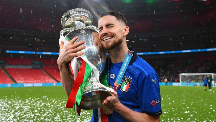 LONDON, ENGLAND - JULY 11: Jorginho of Italy celebrates with The Henri Delaunay Trophy following his teams victory in the UEFA Euro 2020 Championship Final between Italy and England at Wembley Stadium on July 11, 2021 in London, England. (Photo by Claudio Villa/Getty Images)