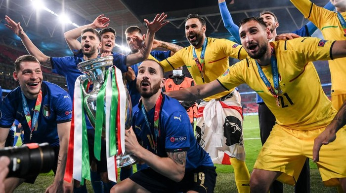 LONDON, ENGLAND - JULY 11: Leonardo Bonucci of Italy lifts The Henri Delaunay Trophy following his teams victory in the UEFA Euro 2020 Championship Final between Italy and England at Wembley Stadium on July 11, 2021 in London, England. (Photo by Laurence Griffiths/Getty Images)