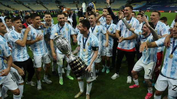 RIO DE JANEIRO, BRAZIL - JULY 10: Lionel Messi of Argentina smiles with the trophy as he celebrates with teammates after winning the final of Copa America Brazil 2021 between Brazil and Argentina at Maracana Stadium on July 10, 2021 in Rio de Janeiro, Brazil. (Photo by Alexandre Schneider/Getty Images)