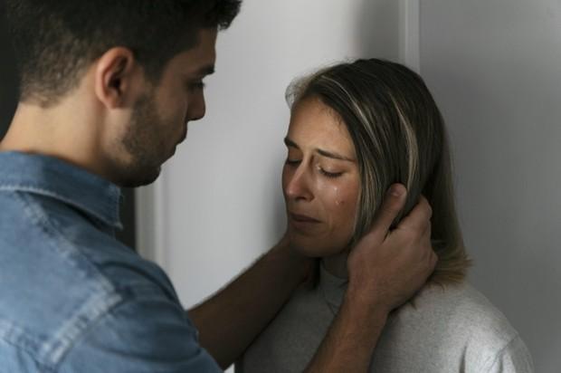 Hal pertama yang harus kamu lakukan untuk menghadapi pasangan yang mengidap gangguan jiwa adalah mengedukasi diri sendiri.