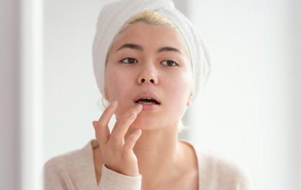 Memegang Bibir | Foto : freepik.com/freepik