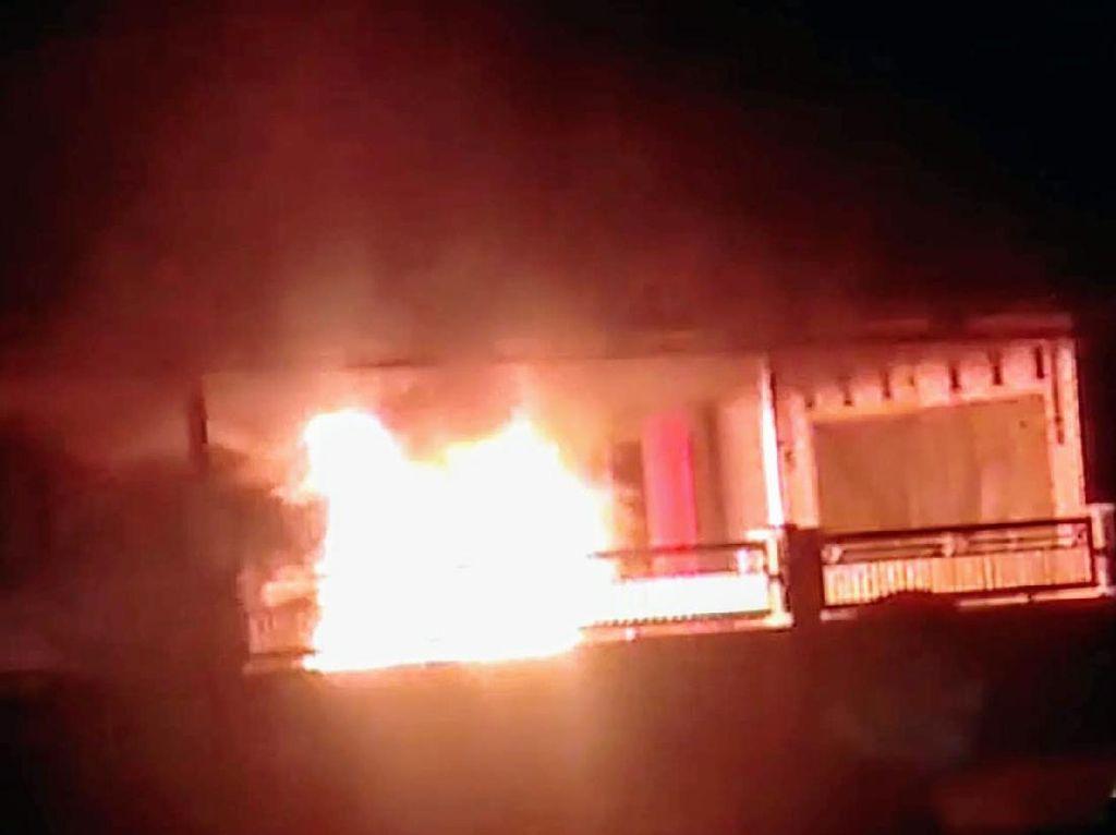 Mobil Seorang Kades Bondowoso Terbakar Saat Diparkir di Balai Desa