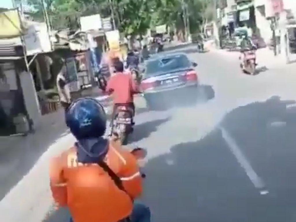 Mencekam! Detik-detik Mobil Tabrak-Seret Motor di Bandung