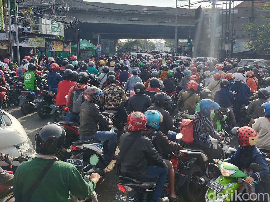Ada Penyekatan, Jalan Mastrip Surabaya Padat Kendaraan