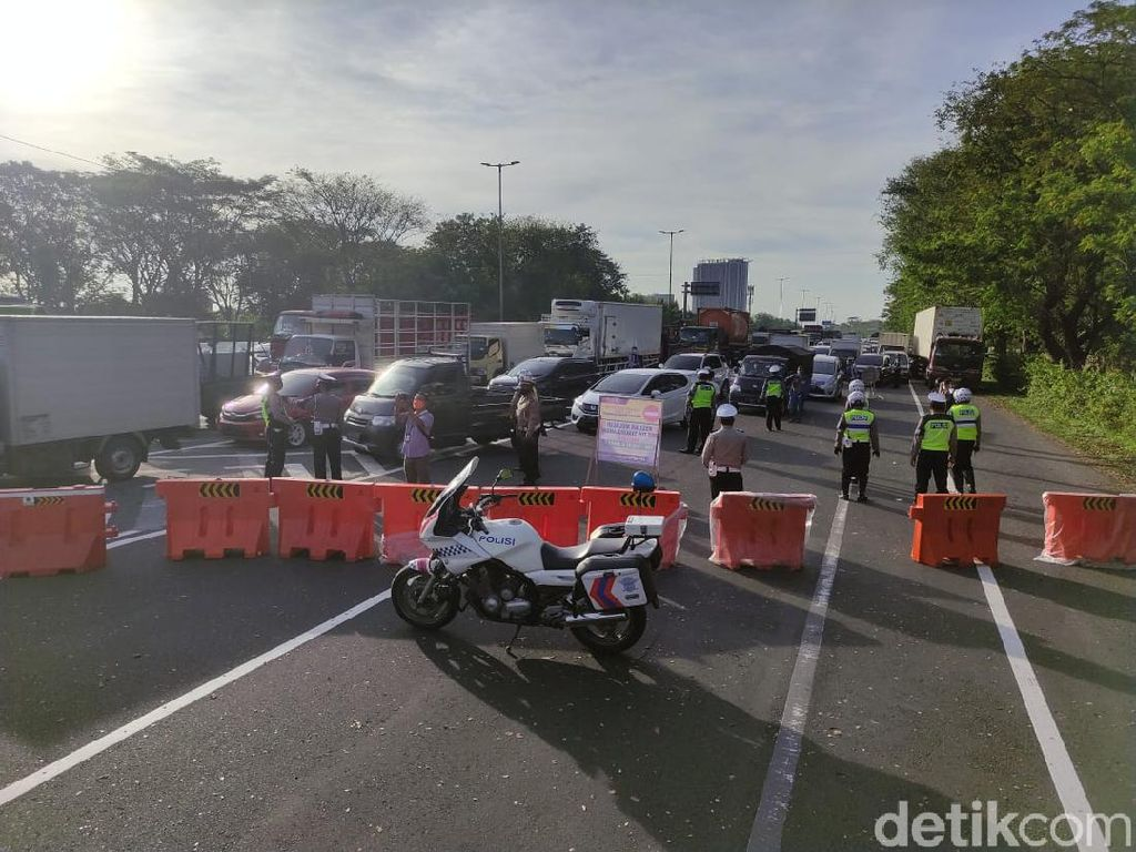 Polisi Tutup Exit Tol Sidoarjo Selama PPKM Darurat