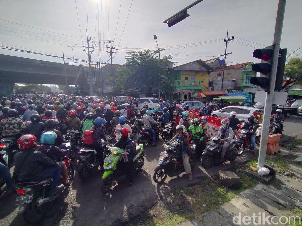 Terjadi Kemacetan dalam Penyekatan PPKM Darurat di Karang Pilang Surabaya