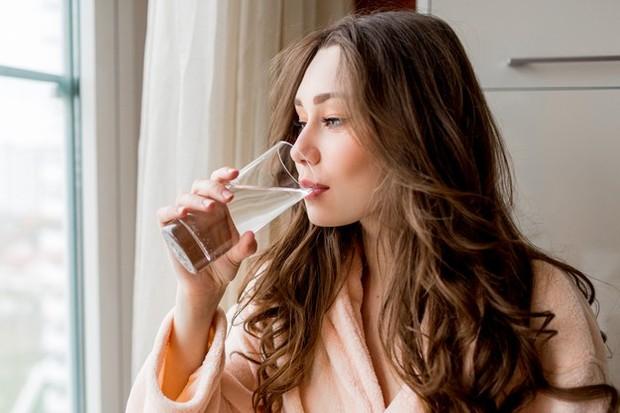 Jika nggak mempunyai lemon, kelapa, jahe maupun teh hijau, air putih hangat juga cukup untuk membantu melunturkan lemak lho.