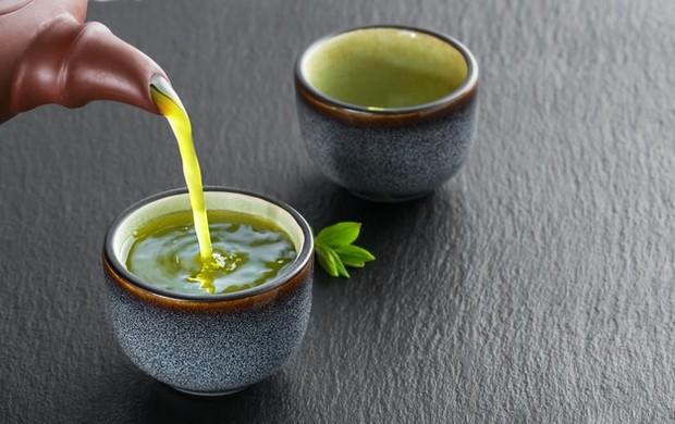 Minuman yang paling terkenal mampu melunturkan lemak adalah teh hijau. Selain karena memiliki kandungan antioksidan yang kaya, teh hijau juga dapat membantu meningkatkan proses pembakaran lemak.