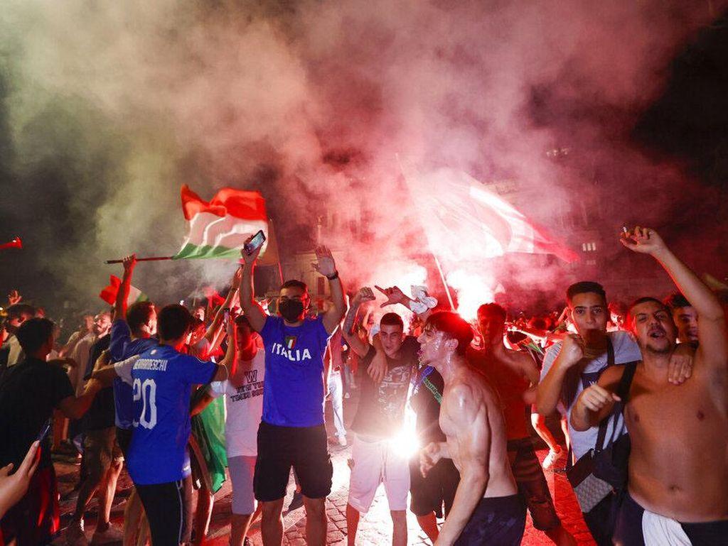 Seolah Lupa Pandemi, Tifosi Italia Berpesta di Aneka Landmark Italia