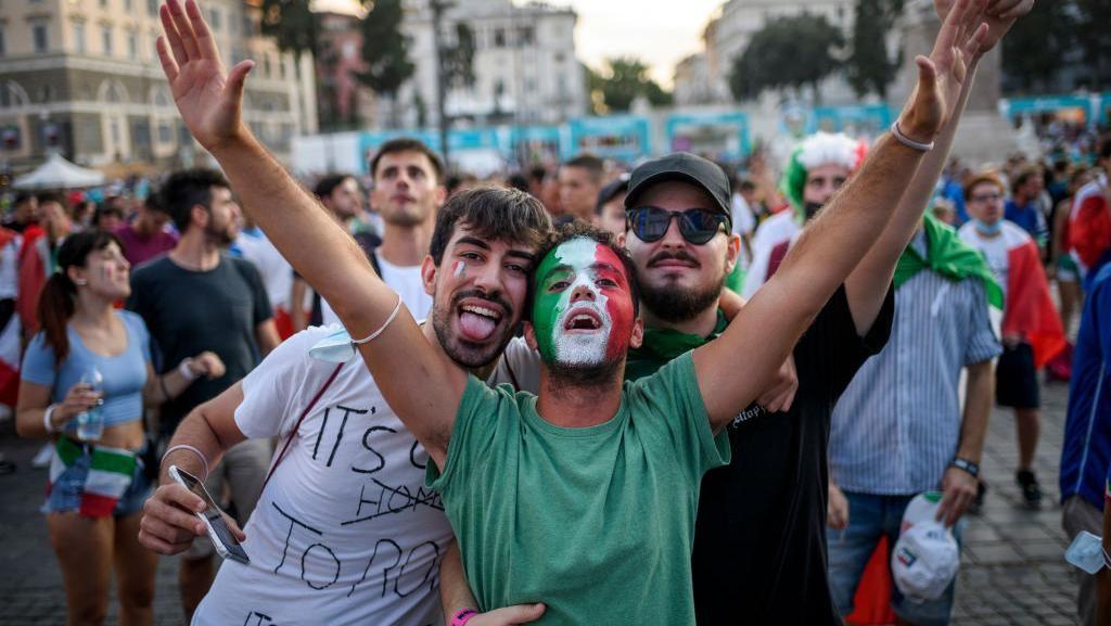 Potret Tifosi Rayakan Kemenangan Italia Seolah Pandemi Telah Usai