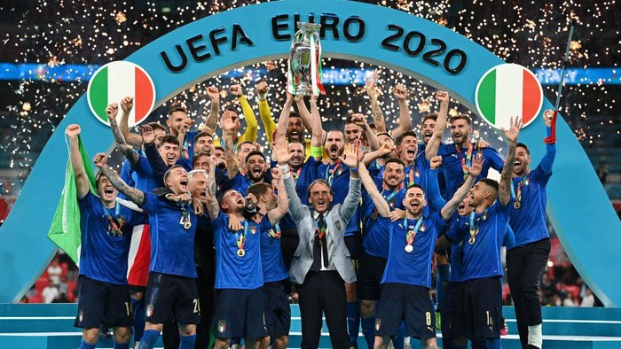 LONDON, ENGLAND - JULY 11: Giorgio Chiellini, Captain of Italy lifts The Henri Delaunay Trophy following his teams victory in the UEFA Euro 2020 Championship Final between Italy and England at Wembley Stadium on July 11, 2021 in London, England. (Photo by Michael Regan/UEFA via Getty Images)