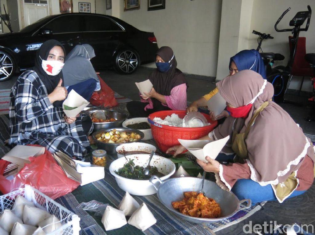 Warga Sidoarjo Dirikan Dapur Umum untuk Bikin Nasi Bungkus Bagi yang Isoman