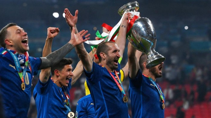 LONDON, ENGLAND - JULY 11: Giorgio Chiellini of Italy celebrates with The Henri Delaunay Trophy following his teams victory in the UEFA Euro 2020 Championship Final between Italy and England at Wembley Stadium on July 11, 2021 in London, England. (Photo by Laurence Griffiths/Getty Images)