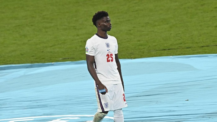 Englands Bukayo Saka walks away after getting his medal during the trophy ceremony after Italy won the Euro 2020 final soccer match between Italy and England at Wembley stadium in London, Sunday, July 11, 2021. (Facundo Arrizabalaga/Pool via AP)