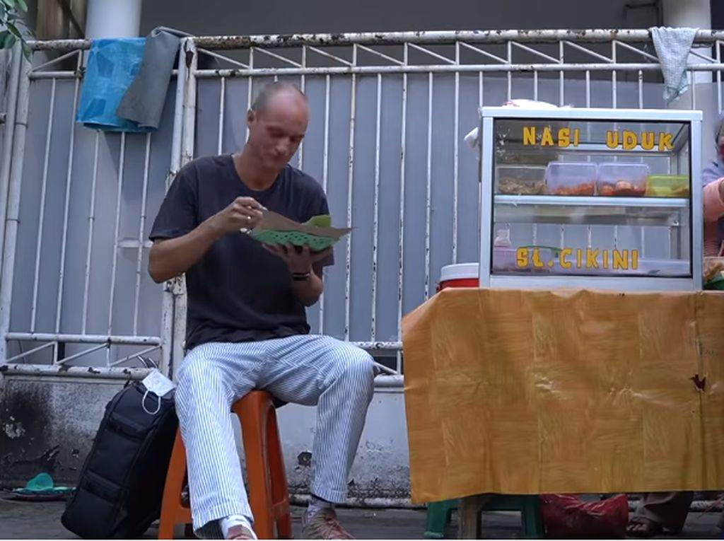 Keseruan Bule Norwegia Cicip Nasi Uduk Telur Balado di Kaki Lima