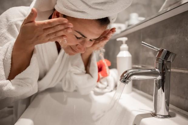 Cara menghilangkan jerawat dengan rajin cuci muka