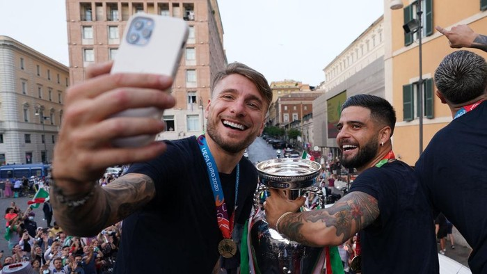 ROME, ITALY - JULY 12: Ciro Immobile and Lorenzo Insigne of Italy celebrate during Italys national men's football team open-top bus victory parade, a day after Italy won the UEFA EURO 2020 final against England, on July 12, 2021 in Rome, Italy. (Photo by Claudio Villa/Getty Images)