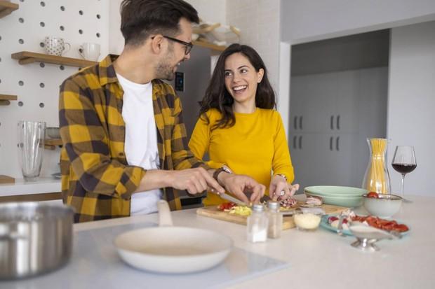 Lakukanlah kegiatan yang kamu gemari bersama dengan pasangan di rumah.