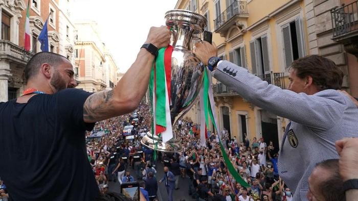 Timnas Italia berpesta di Roma usai menjuarai Piala Eropa 2020. Gli Azzurri merayakannya dengan melakukan parade keliling ibu kota.