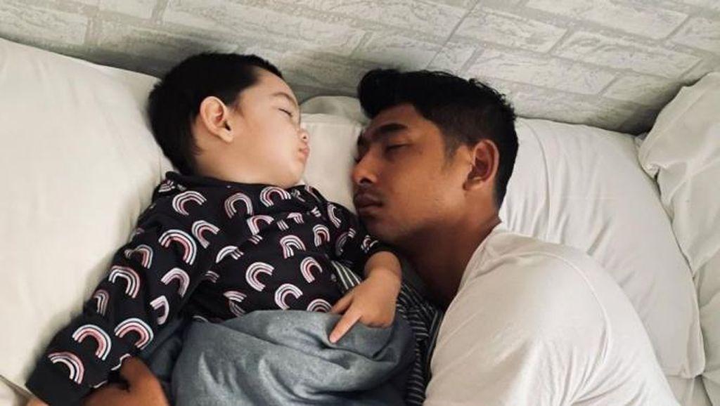 8 Foto Artis Kelonan Sama Anak di Kasur, Nagita Cantiknya Bikin Salfok