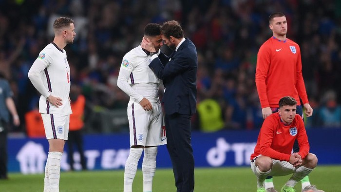LONDON, ENGLAND - JULY 11: Gareth Southgate, Head Coach of England consoles Jadon Sancho of England following defeat in the UEFA Euro 2020 Championship Final between Italy and England at Wembley Stadium on July 11, 2021 in London, England. (Photo by Laurence Griffiths/Getty Images)