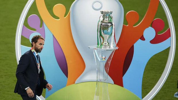 LONDON, ENGLAND - JULY 11: Gareth Southgate, Head Coach of England walks past the Henri Delaunay Trophy following his team's defeat in the UEFA Euro 2020 Championship Final between Italy and England at Wembley Stadium on July 11, 2021 in London, England. (Photo by John Sibley - Pool/Getty Images)