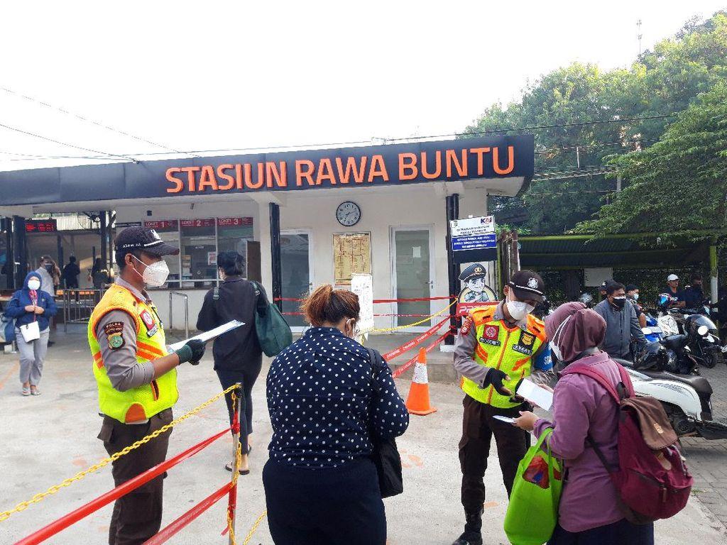 Suasana Pengecekan STRP Calon Penumpang KRL di Stasiun Rawa Buntu Pagi Ini
