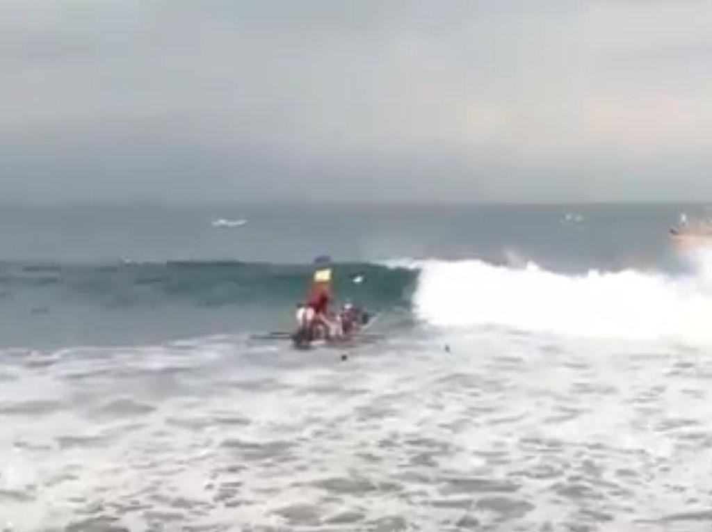 Perahu Terbalik Dihantam Ombak, 7 Nelayan Sukabumi Nyebur ke Laut