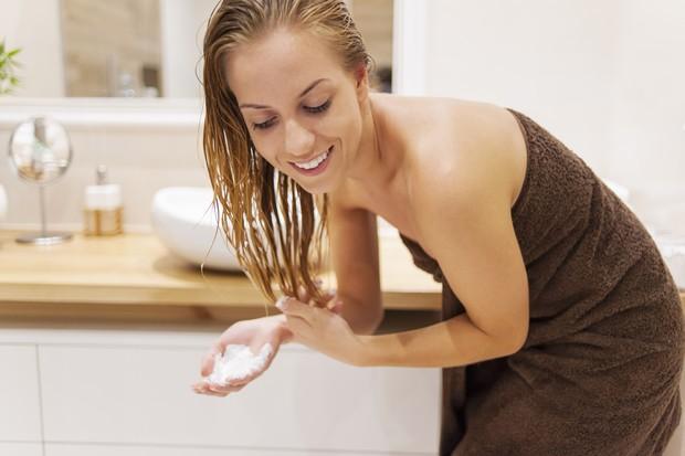 Perawatan model rambut wanita tampak bervolume