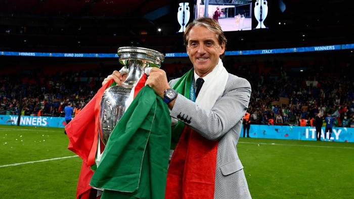 LONDON, ENGLAND - JULY 11: Roberto Mancini, Head Coach of Italy celebrates with The Henri Delaunay Trophy following his teams victory in the UEFA Euro 2020 Championship Final between Italy and England at Wembley Stadium on July 11, 2021 in London, England. (Photo by Claudio Villa/Getty Images)